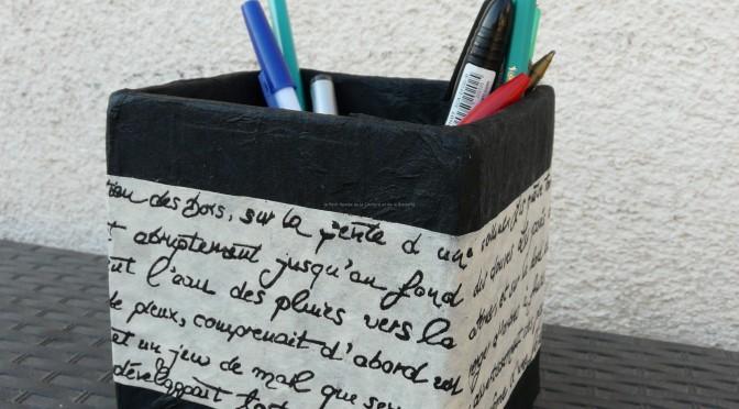 Poubelle et pot à crayons en carton